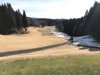 雪の残るゴルフ場.jpg